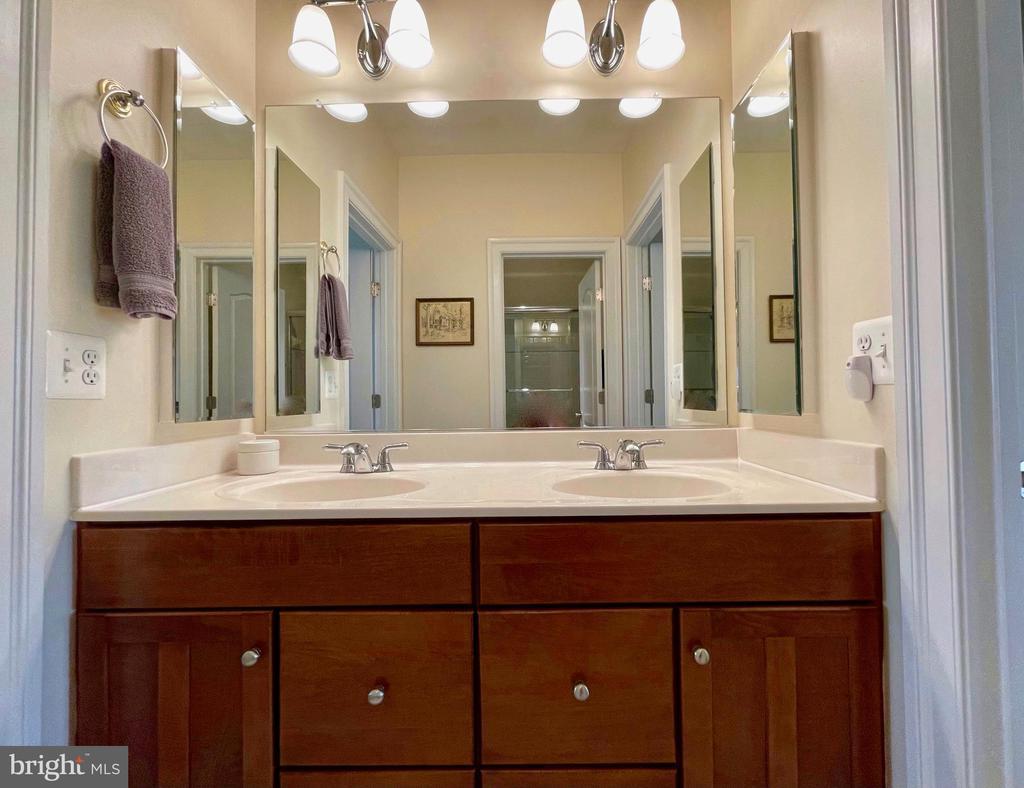 Jack & Jill Double Vanities - 16344 LIMESTONE CT, LEESBURG