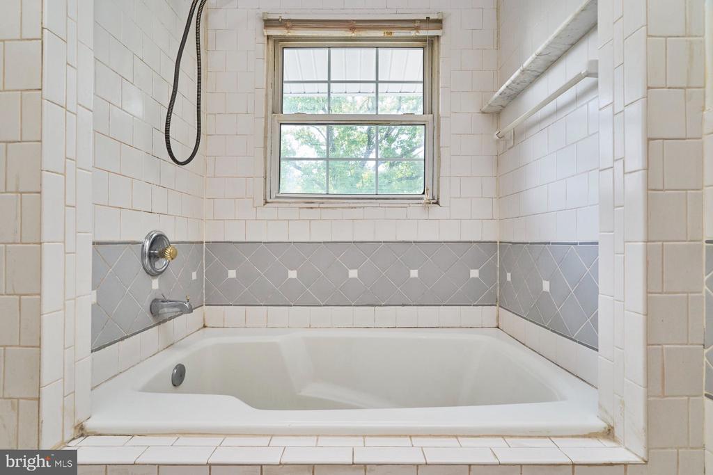 Upper Level Hall Bath - 8724 CHERRY DR, FAIRFAX