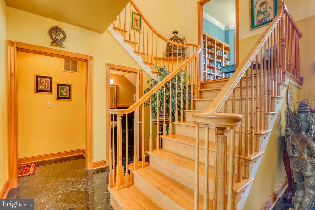 Curvered Staircase - 1035 HETH PL, WINCHESTER