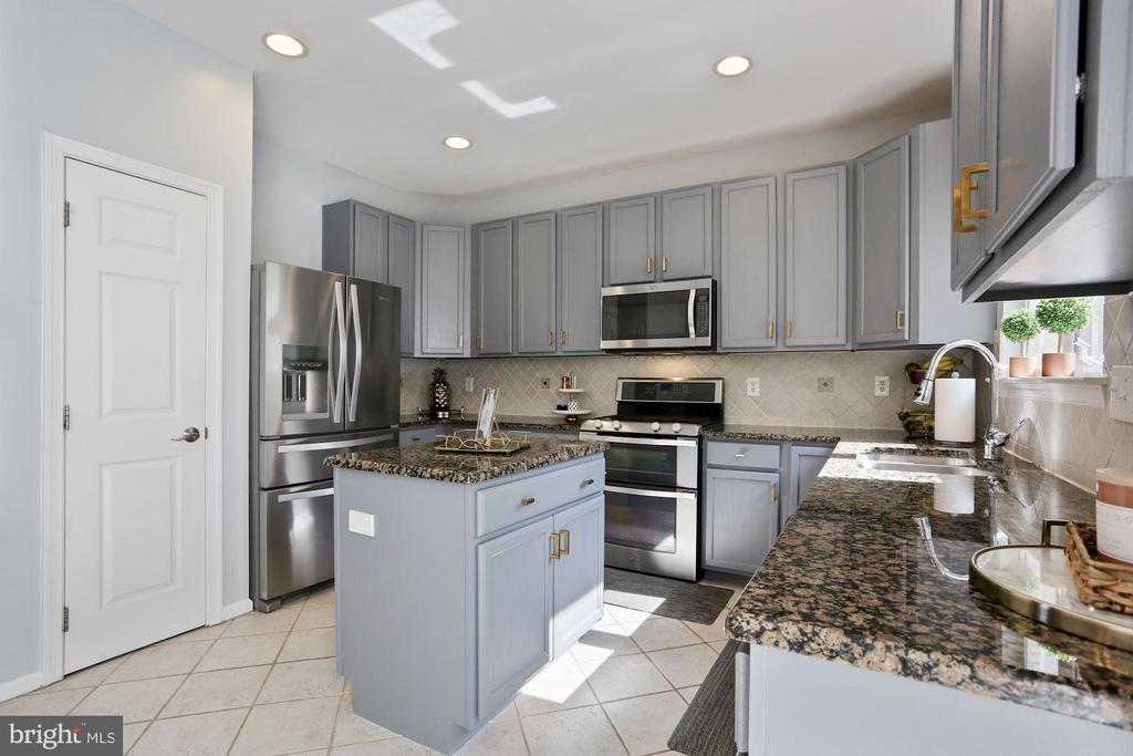 Beautiful Kitchen w/ On-Trend Gray 42