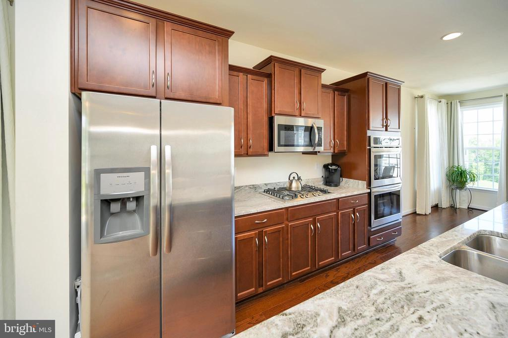 Custom pull outs included in this gourmet kitchen - 114 THRESHER LN #18, STAFFORD