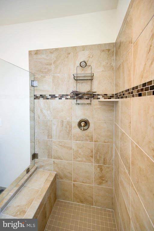 Walk in luxury with window for natural lighting. - 114 THRESHER LN #18, STAFFORD