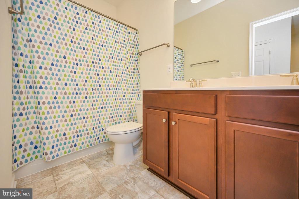 Upper level full bathroom with linen closet. - 114 THRESHER LN #18, STAFFORD