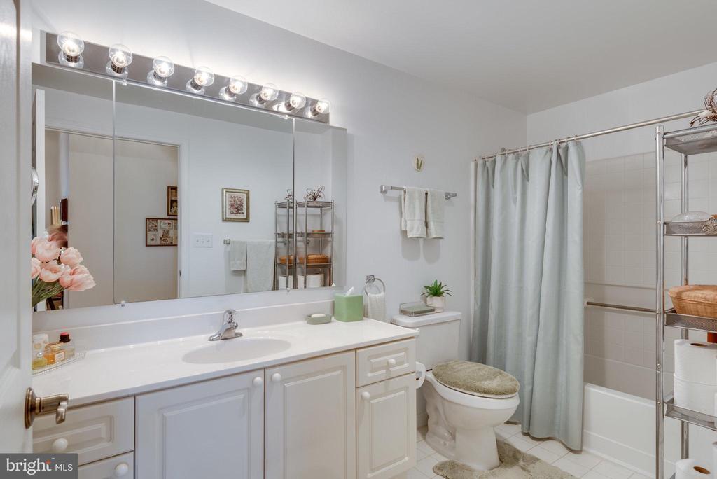Primary bathroom has tub/shower combo - 19365 CYPRESS RIDGE TER #1021, LEESBURG