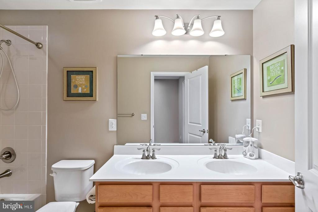 Hall bath with double sinks, and tub shower - 2300 HARMSWORTH DR, DUMFRIES