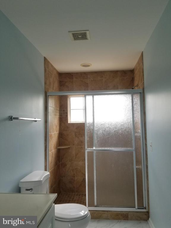 Master bath shower - 23106 BLACKTHORN SQ, STERLING