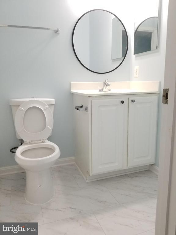 Hallway common full bathroom - 23106 BLACKTHORN SQ, STERLING