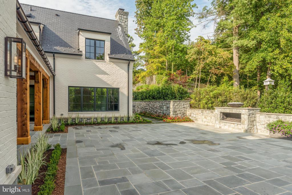 Private outdoor entertaining - 1004 DOGUE HILL LN, MCLEAN