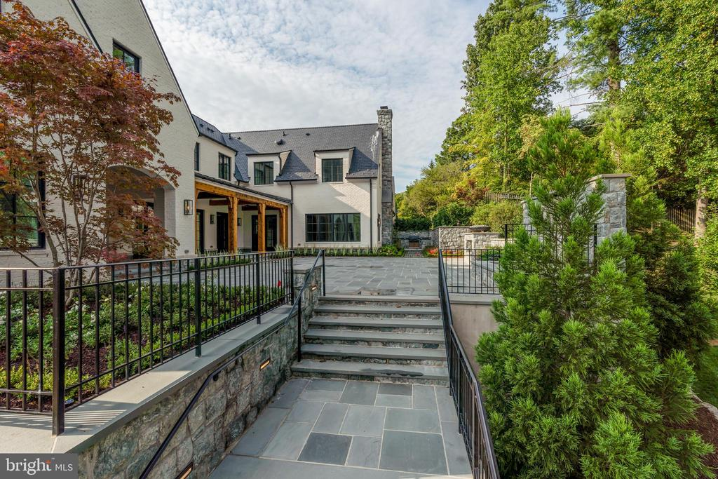 Expansive outdoor entertaining area and kitchen - 1004 DOGUE HILL LN, MCLEAN