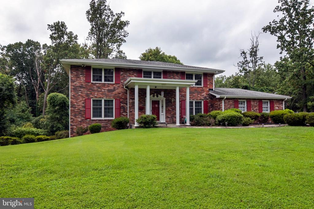 Gorgeous all-brick home - 8927 BURBANK RD, ANNANDALE