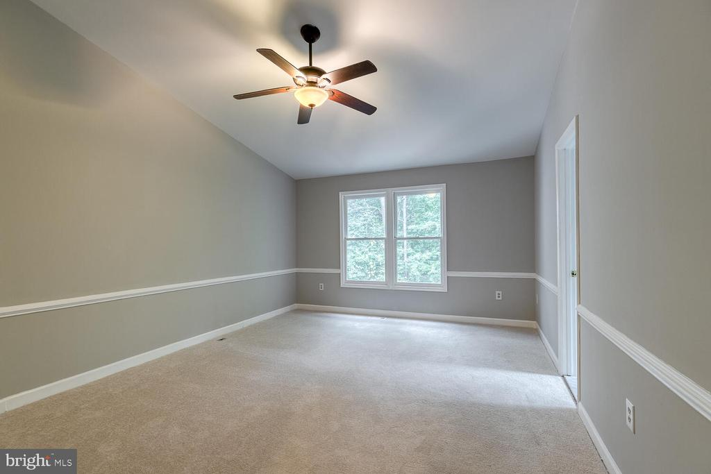 Large primary bedroom w/ cathedral ceilings - 12659 WIMBLEY LN, WOODBRIDGE