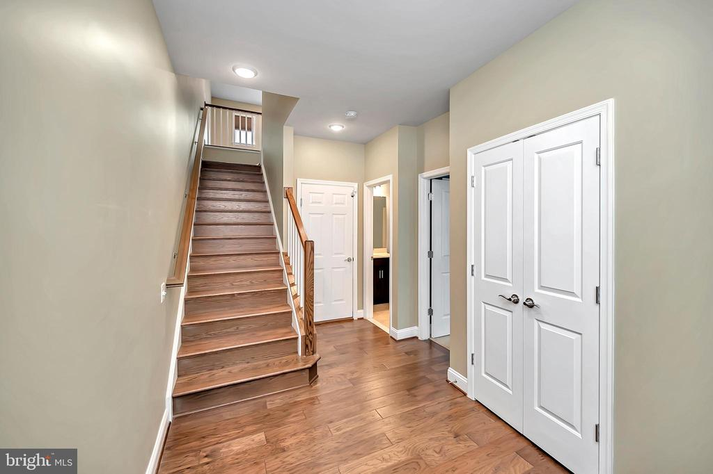 Large Entryway - 17359 REDSHANK RD, DUMFRIES
