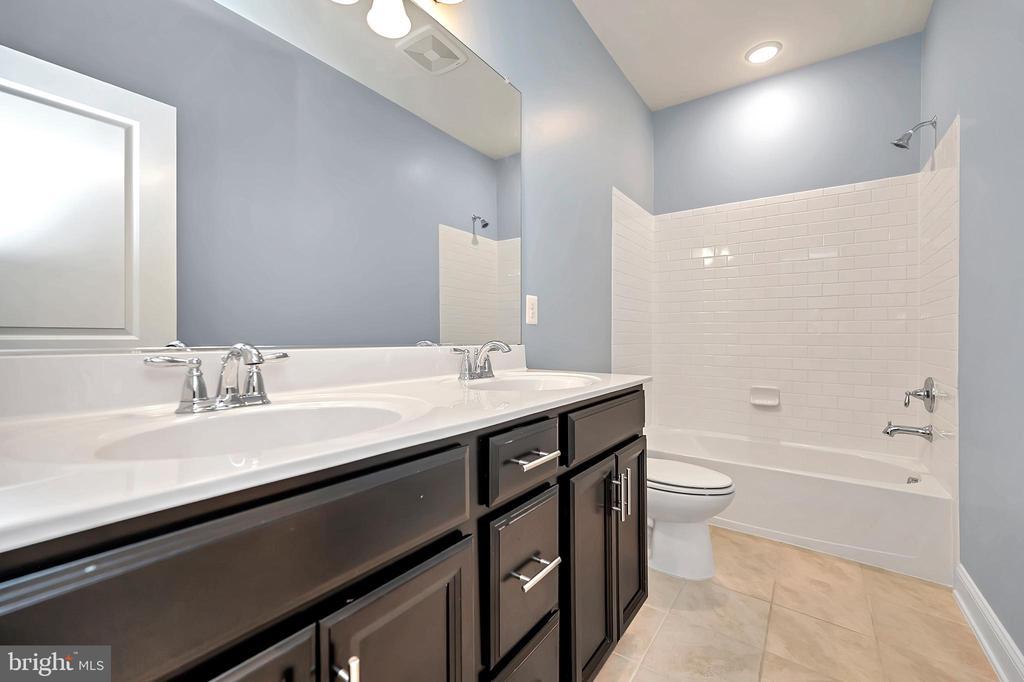 Upper Level - Hall Bathroom - Double Sinks - 17359 REDSHANK RD, DUMFRIES