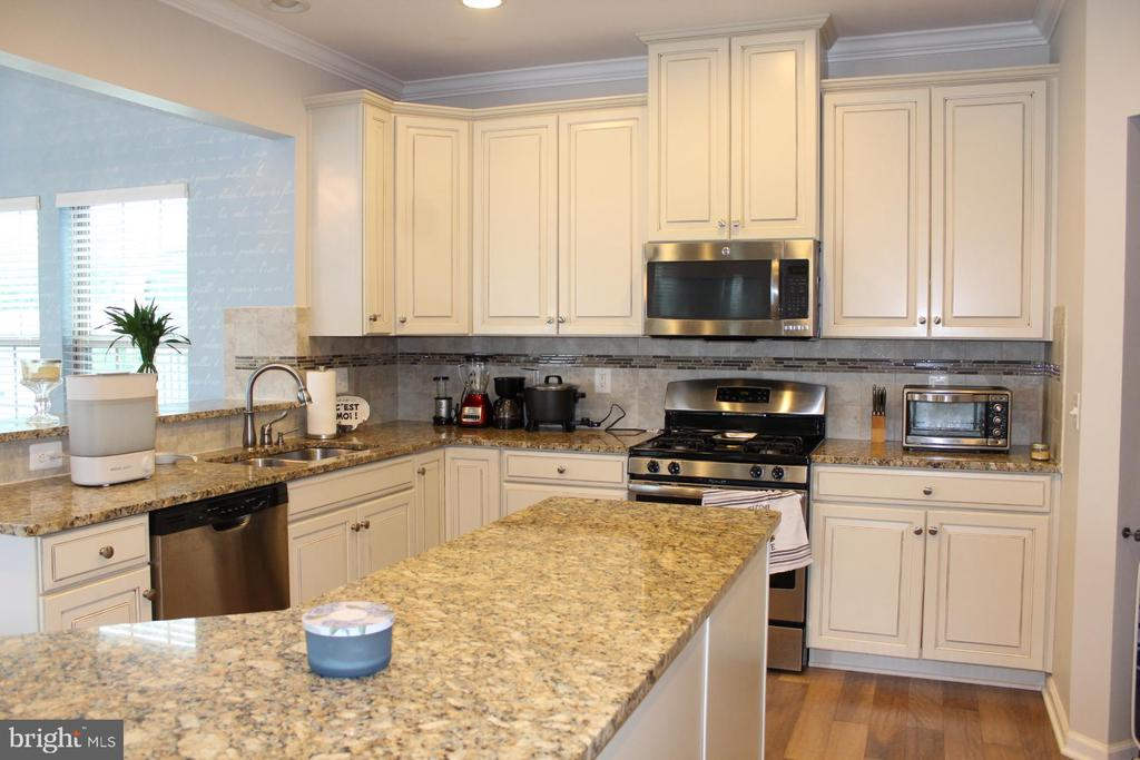 Antique white cabinets with large island - 17105 SEA SKIFF WAY, DUMFRIES