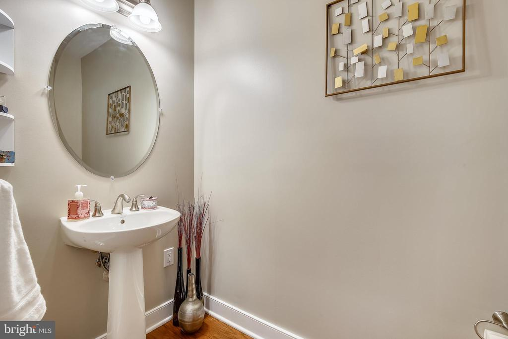 Powder room on main level with pedestal sink - 1418 N RHODES ST #B-112, ARLINGTON