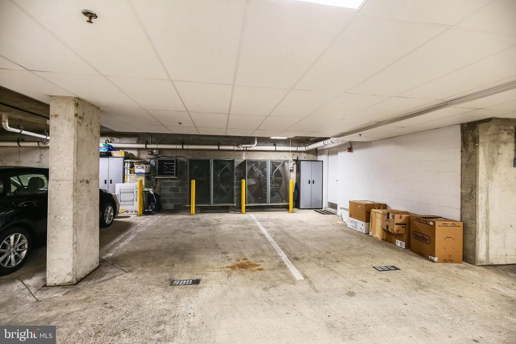 2 assigned garage spaces walk right into the home - 1418 N RHODES ST #B-112, ARLINGTON