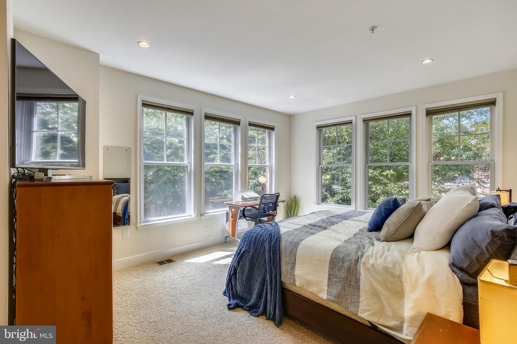 Light-filled primary bedroom - 1418 N RHODES ST #B-112, ARLINGTON