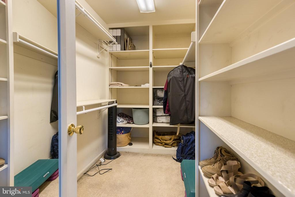 Walk in closet with built ins - 104 STABLE CV, STAFFORD