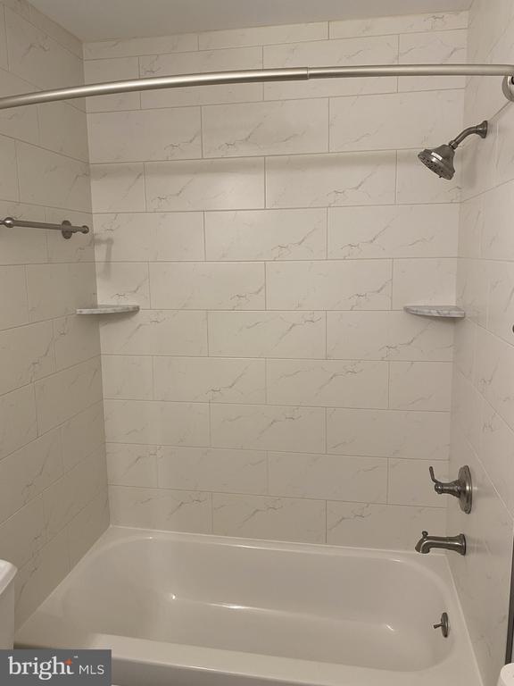 Upper level hall bath tub - 11605 CLUBHOUSE CT, RESTON
