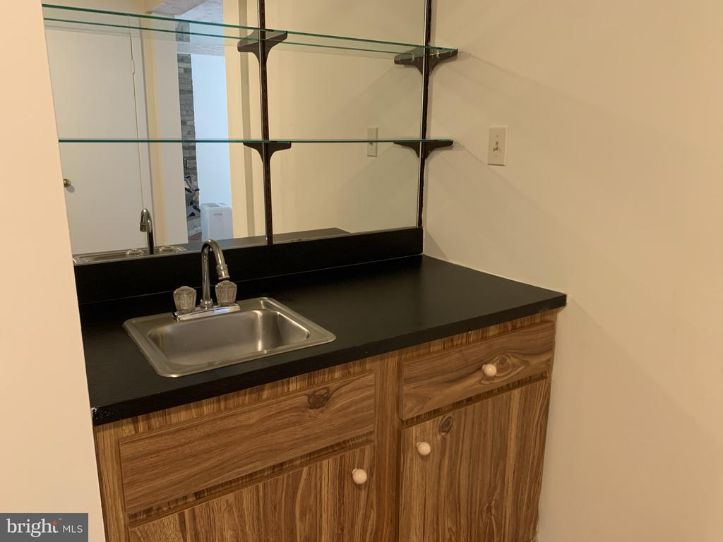 Lower level wet bar - 11605 CLUBHOUSE CT, RESTON