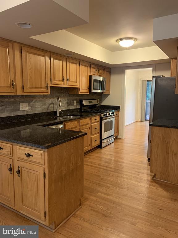 Updated kitchen - 11605 CLUBHOUSE CT, RESTON