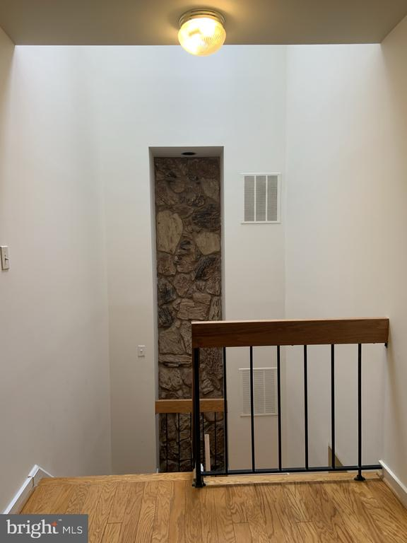 Upper stair well landing - 11605 CLUBHOUSE CT, RESTON