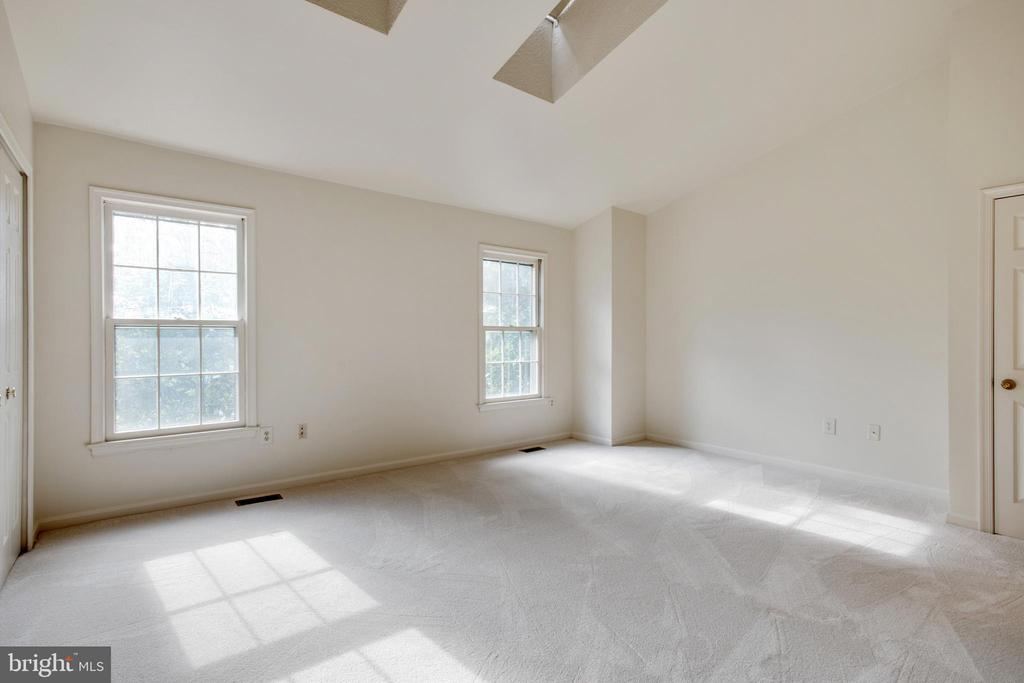Main Bedroom with skylights - 14499 WHISPERWOOD CT, DUMFRIES