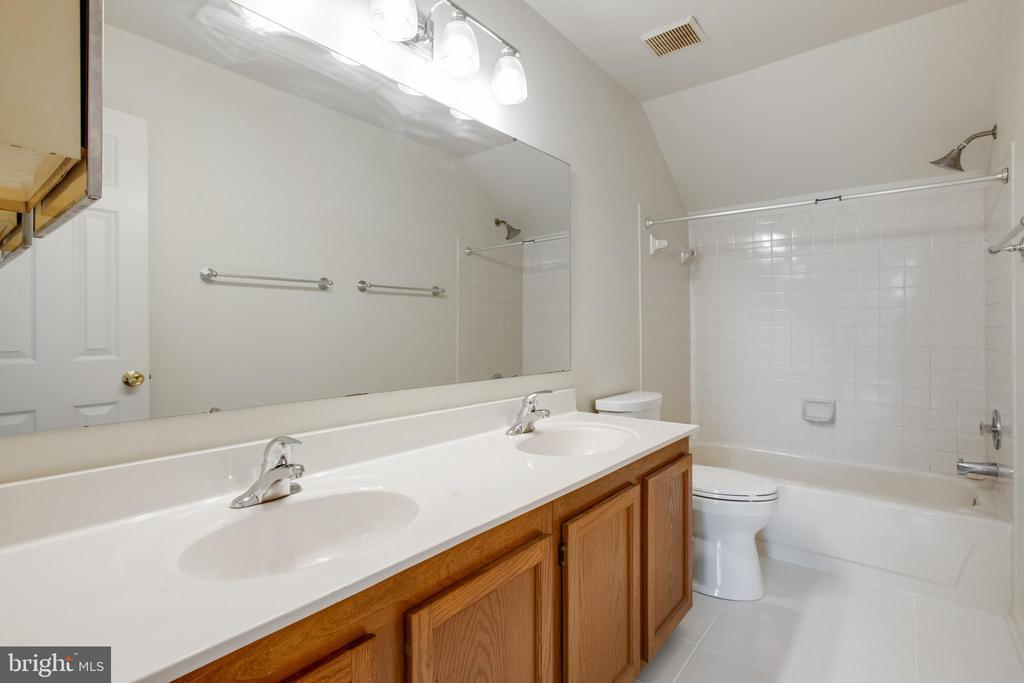 Main bathroom-Double sinks - 14499 WHISPERWOOD CT, DUMFRIES