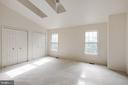 Main Bedroom with skylights and vaulted ceilings - 14499 WHISPERWOOD CT, DUMFRIES