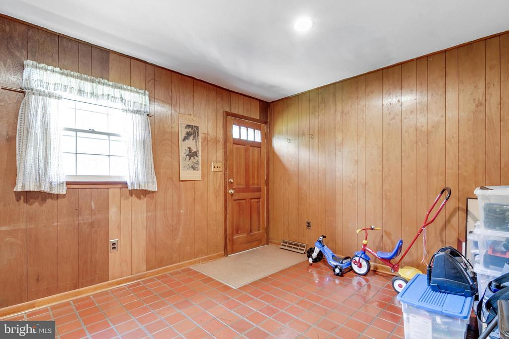 Separate entrance to office/bedroom - 8927 BURBANK RD, ANNANDALE