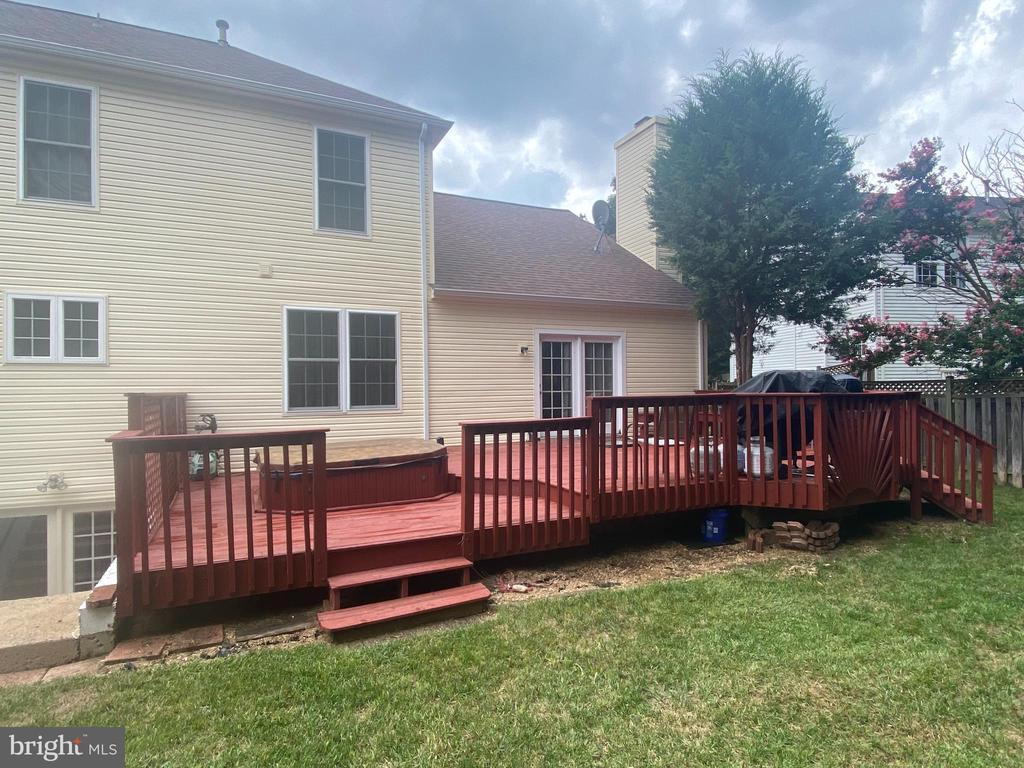 Large, level yard and deck. - 127 NORTHAMPTON BLVD, STAFFORD