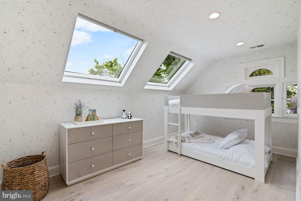 Sky-Lit Children's Bedroom - 3315 HIGHLAND PL NW, WASHINGTON
