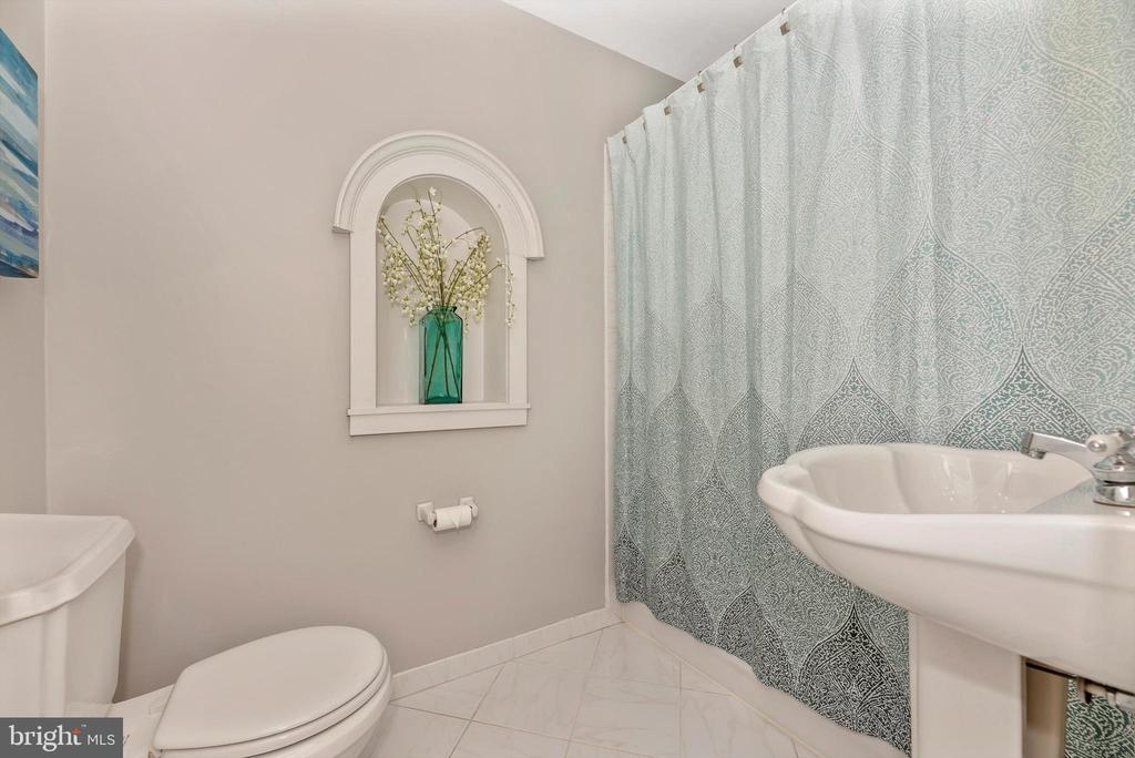 Hall bath - 19121 WINDSOR FOREST RD, MOUNT AIRY