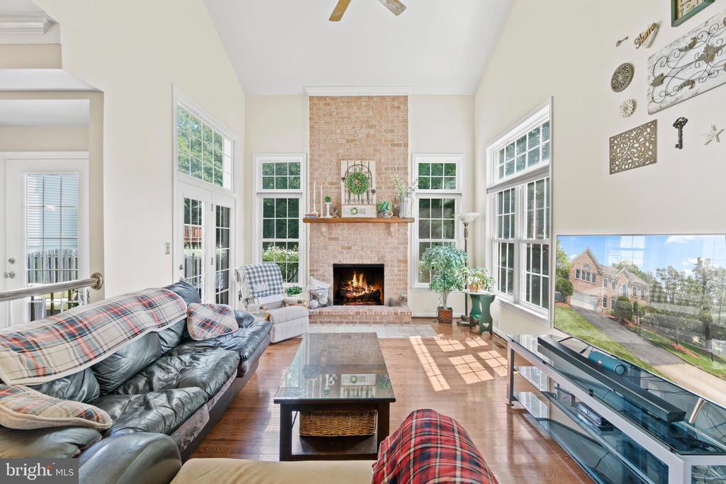 Floor to ceiling brick fireplace in Family Room - 15997 KENSINGTON PL, DUMFRIES