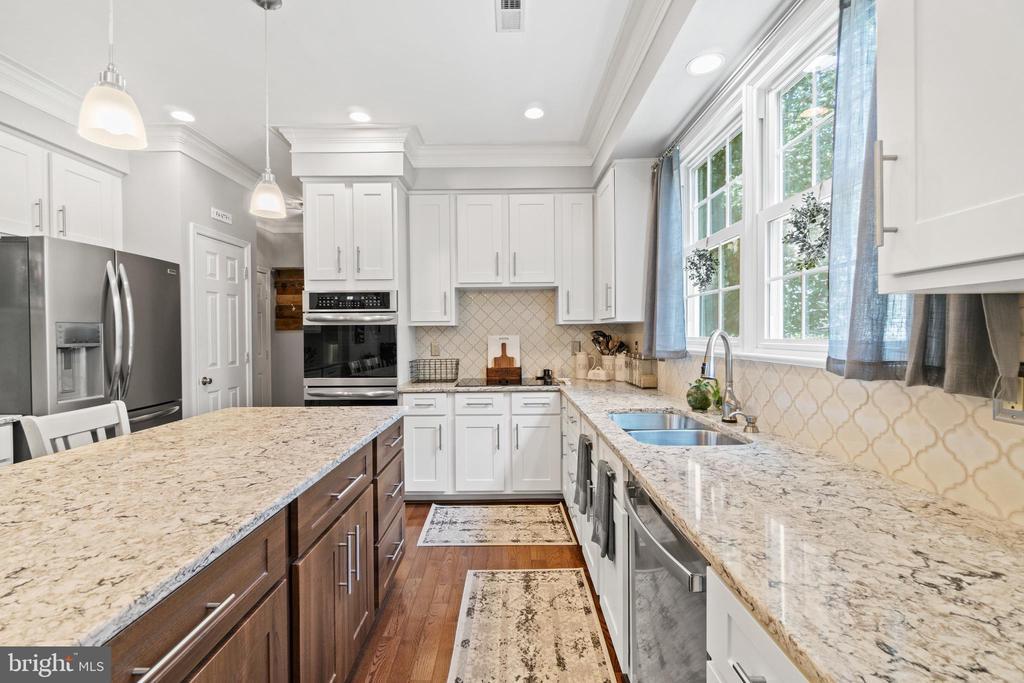 Large Kitchen with beautiful counters - 15997 KENSINGTON PL, DUMFRIES
