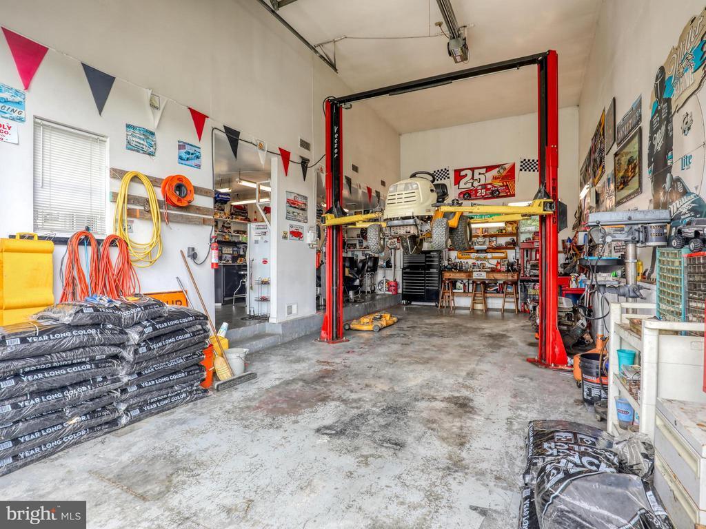 Huge 31'x15' bay with 14'x12' garage door. - 140 BOWMAN LN, WINCHESTER