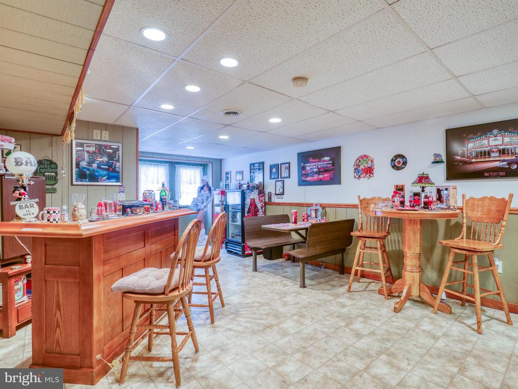 Bar area in rec room...plenty of SPACE - 140 BOWMAN LN, WINCHESTER