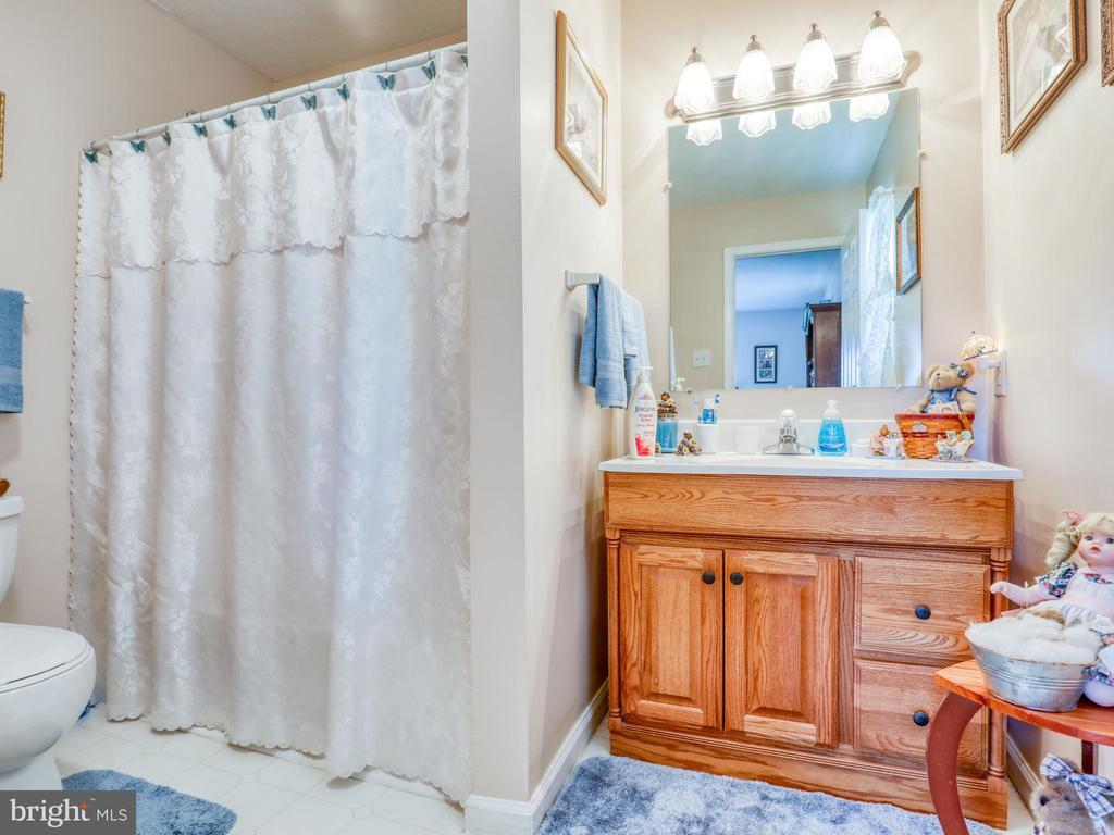 Bedroom 1 private full bathroom - 140 BOWMAN LN, WINCHESTER