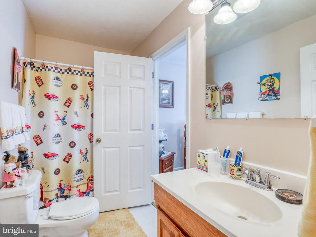 Hall full bath with side access to bedroom 2 - 140 BOWMAN LN, WINCHESTER