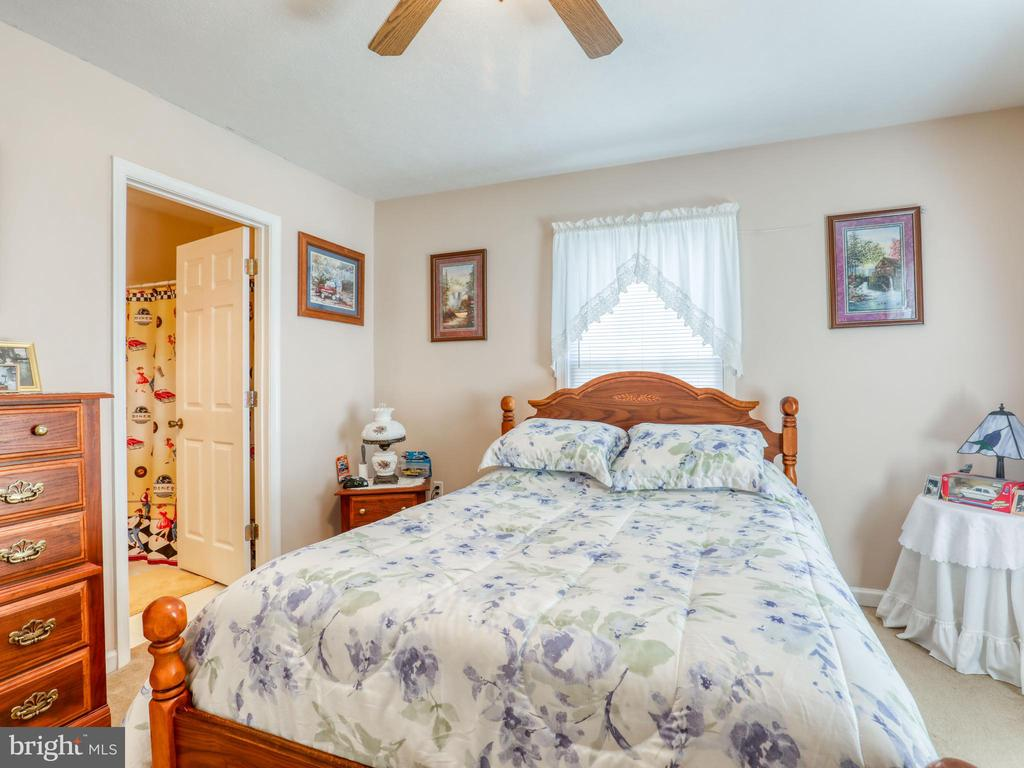 Bedroom 2 view with access door to hall full bath - 140 BOWMAN LN, WINCHESTER