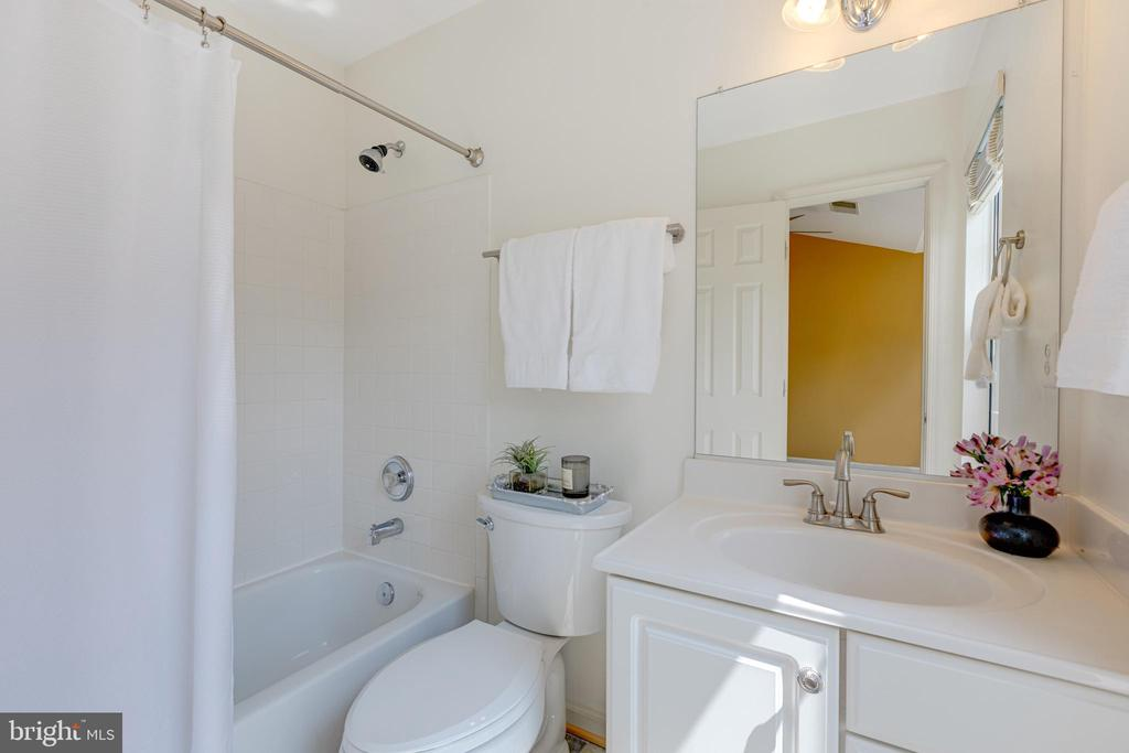 2nd primary bath - 47642 WINDRIFT TER, STERLING