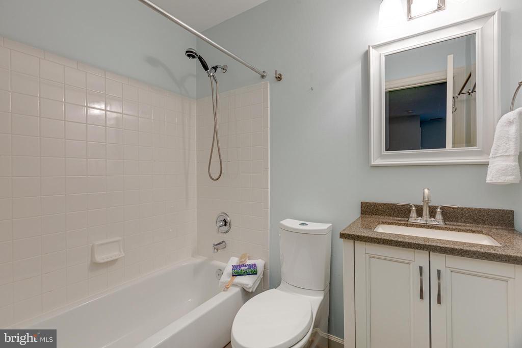 Lower level full size bath - 47642 WINDRIFT TER, STERLING