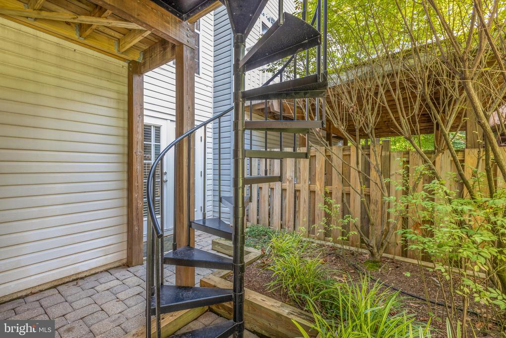 Spiral stairs leading to patio - 47642 WINDRIFT TER, STERLING