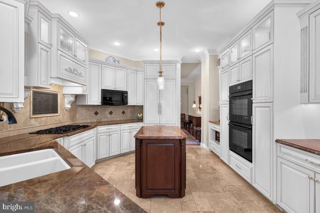 Beautiful custom kitchen - 20260 ISLAND VIEW CT, STERLING