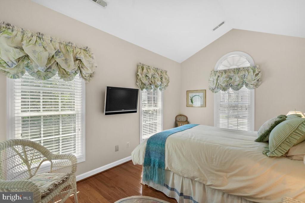 Bedroom #2: cozy w en-suite bath - 20260 ISLAND VIEW CT, STERLING