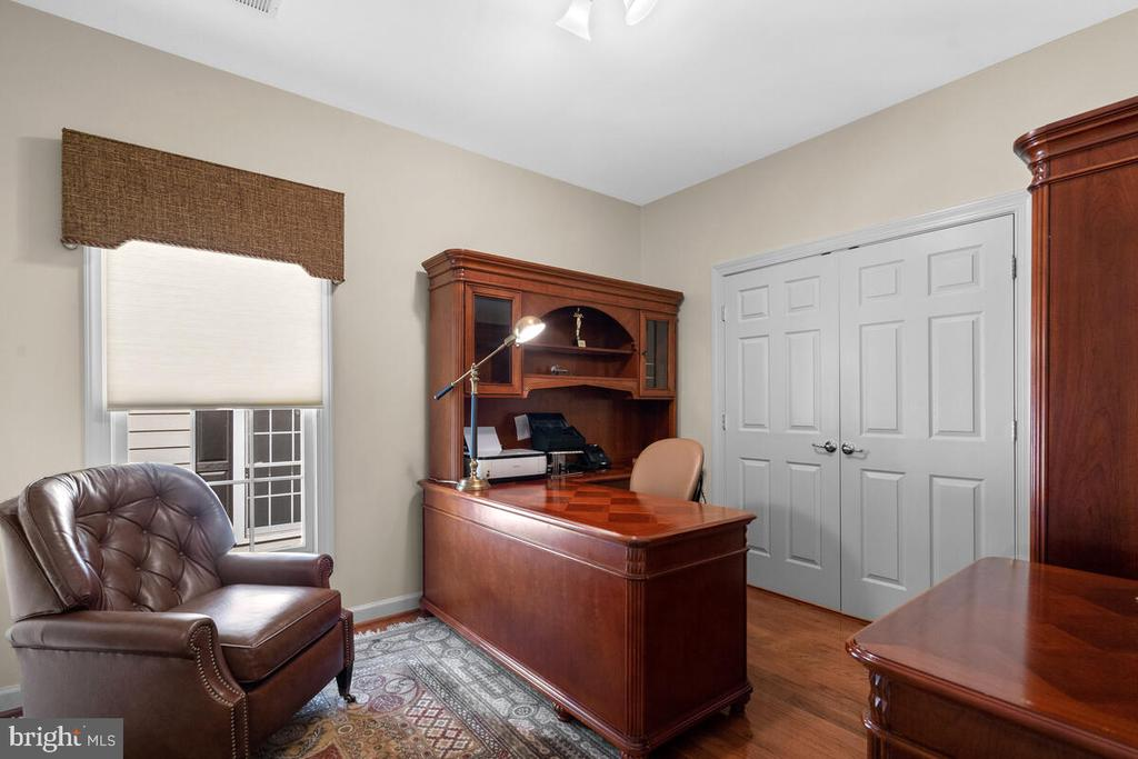 Bedroom #4 with custom closet & shared JJ Bath - 20260 ISLAND VIEW CT, STERLING