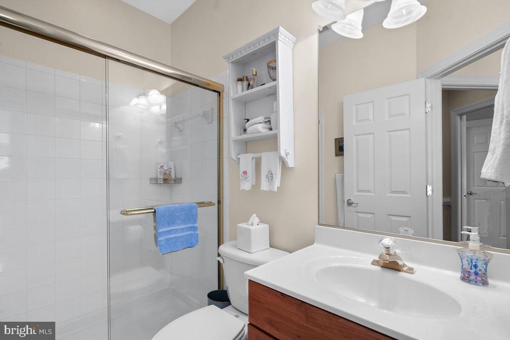Bedroom #2 w ensuite bath - 20260 ISLAND VIEW CT, STERLING