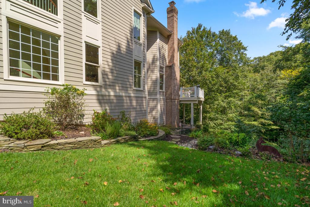 Exterior: manicured side lot - 20260 ISLAND VIEW CT, STERLING