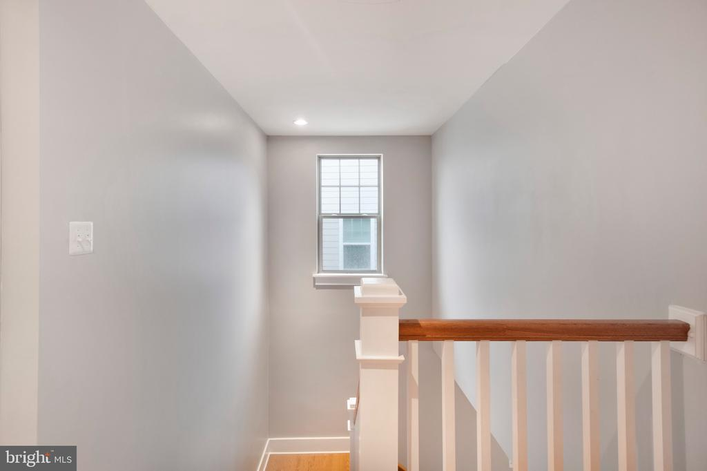 Upstairs hallway natural lighting - 2440 POTOMAC RIVER BLVD, DUMFRIES