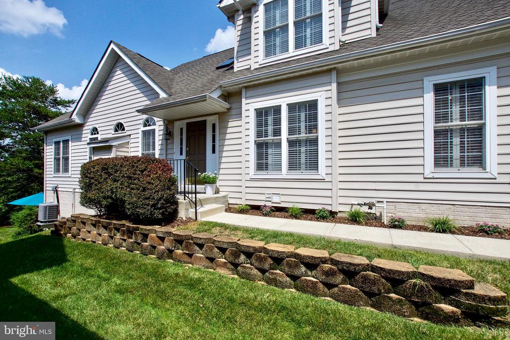 A coveted End Unit Carriage Home - 25659 TREMAINE TER, CHANTILLY
